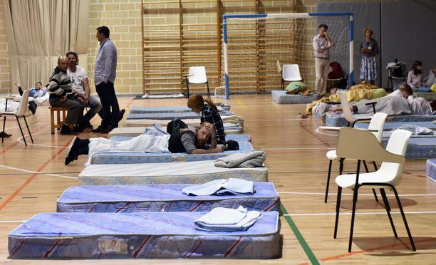200 ihmistä on evakoitu kouluihin rankkasateiden takia.