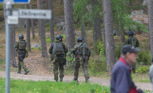 Poliisi etsi epäiltyjä isossa operaatiossa Pyhtäällä.