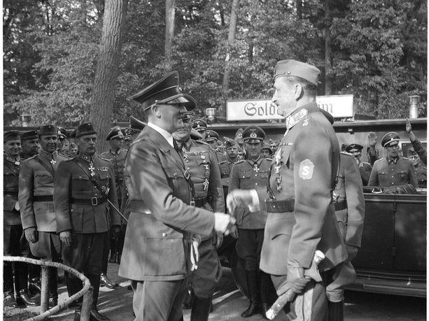 Hitler ja Mannerheim kättelivät Saksassa  kesäkuussa 1942.