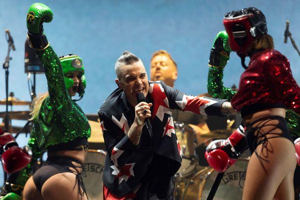 Paljasta pintaa nähtiin lavalla muillakin kuin Robbie Williamsilla.