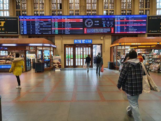 Helsingin päärautatieasema kuvattuna aiempaa autiompana 18. maaliskuuta 2020. Kuvituskuva.