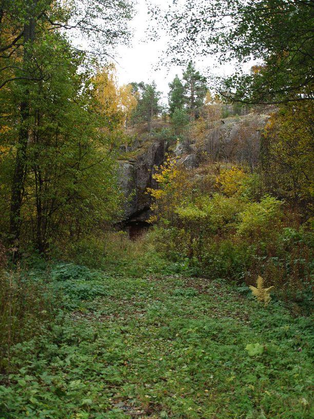 Korkeassa kalliossa on lepakkoluola.