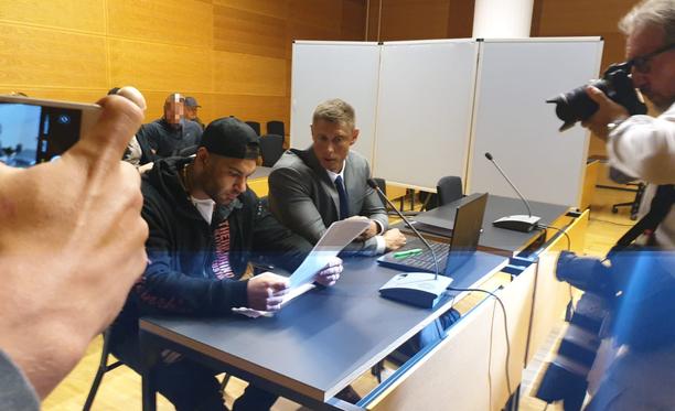 Mike Soldieriin (vas.) kohdistuvia syytteitä käsiteltiin Helsingin käräjäoikeudessa kesäkuun lopulla.