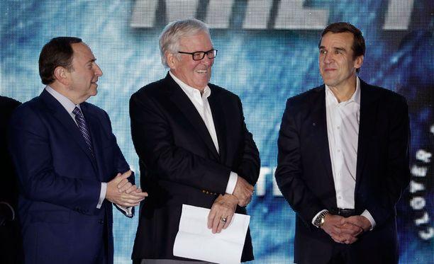 NHL:n komissaari Gary Bettman (vas.) esitteli seuran yhdessä omistaja Bill Foleyn ja GM George McPheen kanssa.