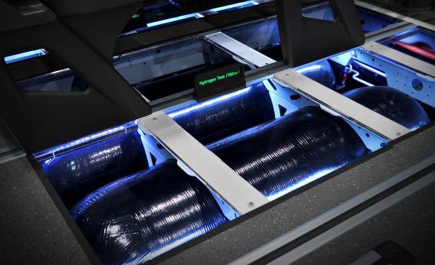 Vety varastoidaan 700 barin paineella erikoisvalmisteiseen tankkiin.