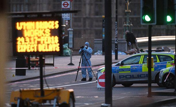 Rikostekniset tutkijat käyvät läpi keskiviikkoisen terrori-iskun tapahtumapaikkaa Westminister Bridge -sillalla Lontoossa.