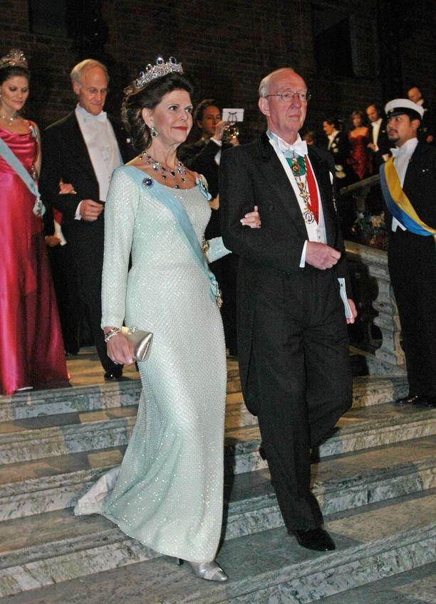 Vuonna 2004 kuningatar Silvia säväytti vartalonmyötäisessä valkoisessa iltapuvussa.