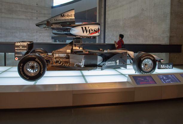 Le Mansin katastrofaalisen onnettomuuden jälkeen vuonna 1955 kilpatoiminta  lakkautettiin ja Mercedes palasi kilparadoille vasta 1980- 78a095fdae4a8