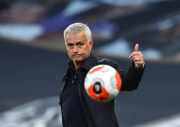 José Mourinho yrittää luotsata Tottenhamin europeleihin.