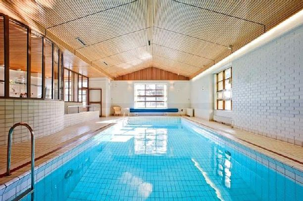 Uima-altaalla on mittaa ja valoa.