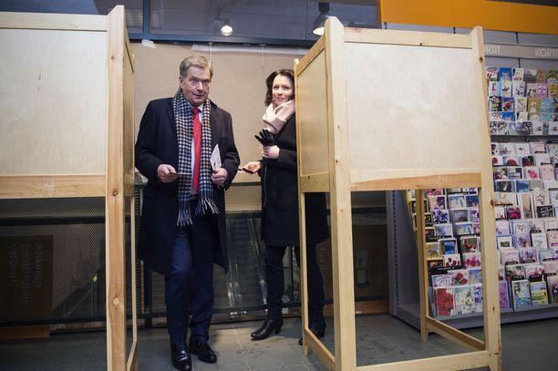 Sauli Niinistö kertoi Journalisti-lehdelle 2009, että hänen ja Haukion suhde pidettiin salassa, jotta se säilyisi. Pariskunta kävi äänestämässä Postin toimipisteessä Helsingin Munkkivuoressa 18.1.2018.
