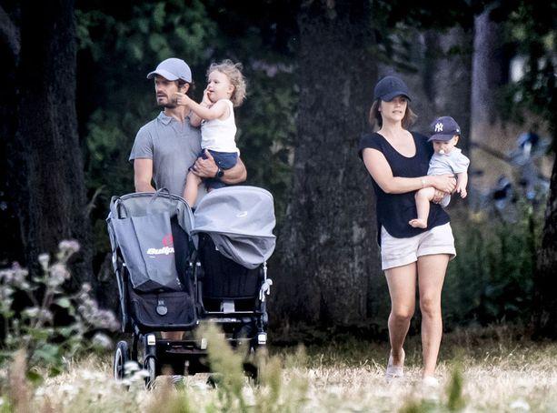 Prinssi Carl Philip ja prinsessa Sofia lomailivat lapsineen Rivieralla. Lomailu jatkui Ruotsissa (kuvassa).