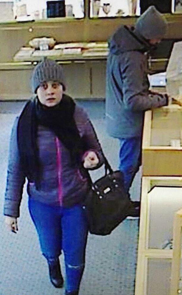 Poliisi julkaisi valvontakameran kuvia kultasepänliikkeen varkaudesta epäillyistä.