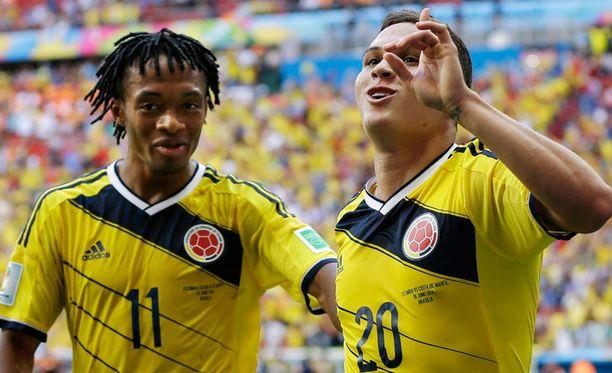 Juan Guadrado ja Juan Quintero juhlivat Kolumbian voittomaalia.