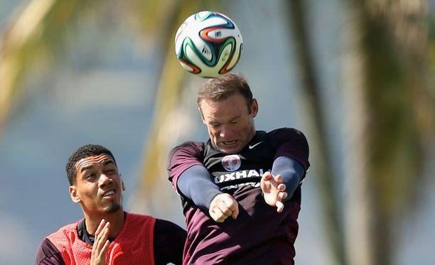 ManU:n Chris Smalling (vas.) ja Wayne Rooney ovat mukana Englannin MM-joukkueessa.