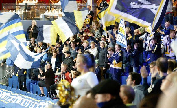 Bluesin kannattajat jännittävät seuran jatkoa.