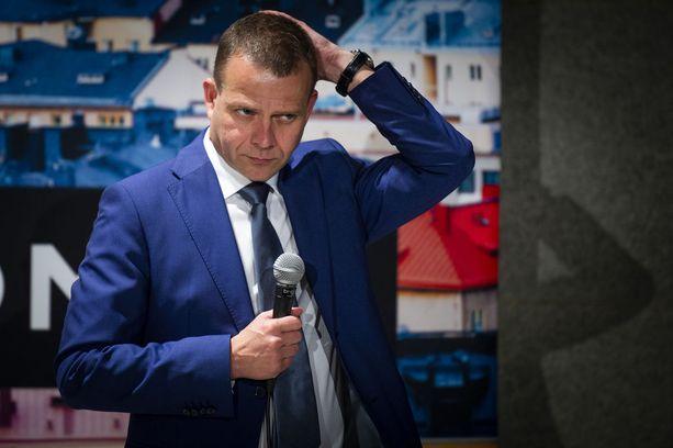 """Luxemburgin euroryhmän kokoukseen osallistunut valtiovarainministeri Petteri Orpo (kok) näki Kreikka-päätöksessä """"historian siipien havinaa""""."""