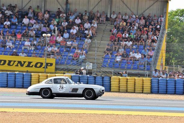 MB 300 SL Gullwing. Kun tälläisellä autolla on hyvä kilpailuhistoria, hinta on muutaman miljoona euroa. Katuauton hintaennätys on 4,62 miljoonaa euroa.