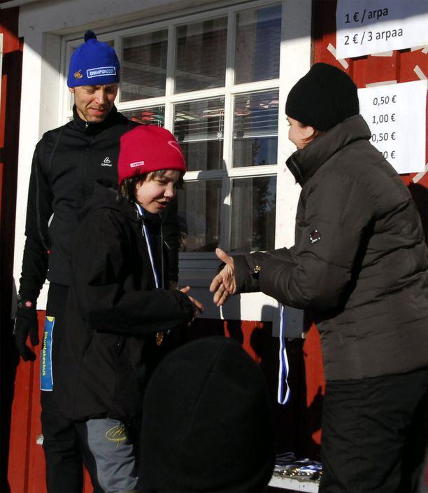 Olivia Myllylä voitti 2009 koululaisten hiihtokilpailuissa kultaa. Palkintoseremonioissa oli mukana Mika-isä.