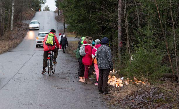 Uhriksi joutunut tyttö kävi Mikkolan koulua. Auto tuli kuvassa horisontissa näkyvän mäen päältä. Auto ohjautui vasemmalle ja sen vauhti kiihtyi samalla.