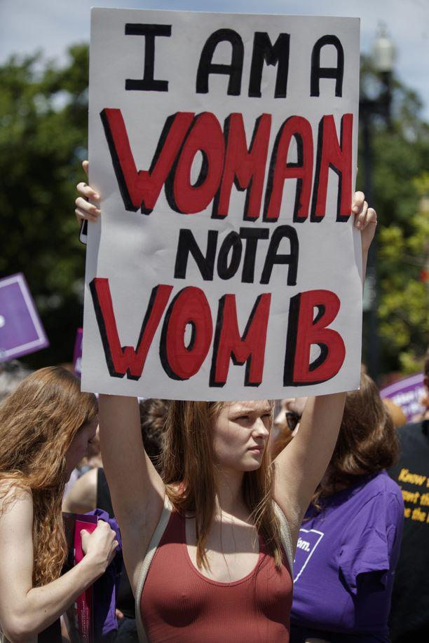"""""""Olen nainen, en kohtu"""" aborttioikeuksia Washingtonissa kannattavan aktivistin kyltissä luki. Yhdysvalloissa usea osavaltio on ottanut tämän vuoden aikana käyttöön niin kutsuttuja """"sydämenlyöntilakeja"""", joiden mukaan abortti on laiton sen jälkeen, kun sikiöllä havaitaan sydämen syke. Käytännössä tämä tarkoittaa noin kuudetta raskausviikkoa, jolloin moni ei vielä edes tiedä olevansa raskaana."""