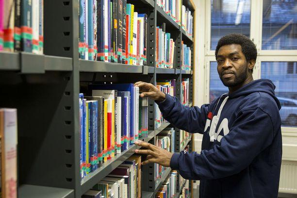Clement Kasongo siivoaa yhä toimistoja, vaikka hän on valmistunut Suomessa ammattikorkeakoulusta tradenomiksi ja yliopistosta maisteriksi.