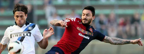 Interin Matias Silvestre taisteli pallosta Cagliarin Mauricio Pinillan kanssa.
