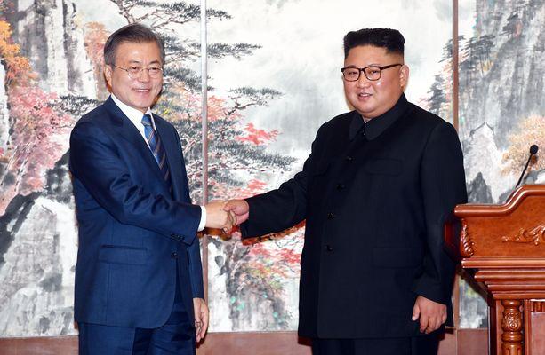 Etelä-Korean presidentti Moon Jae-in ja Pohjois-Korean johtaja kättelivät yhteisen sopimuksen syntymisen kunniaksi.