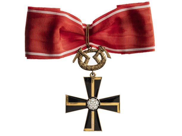 Vapaudenristin ritarikunnan 1. luokan Mannerheim-ristiä on valmistettu ainoastaan kahdeksan kappaletta.Viisi numeroitua ja kolme numeroimatonta. Kyseessä on erikoiskunniamerkki, jota jaettiin jatkosodan aikana sotilaallisista ansioista.(Kuva: Museovirasto)