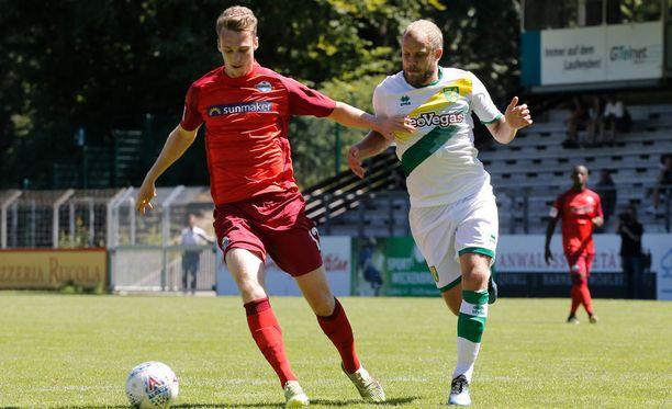 Valkopaitainen Teemu Pukki oli väkevällä pelipäällä sunnuntain ystävyysottelussa.