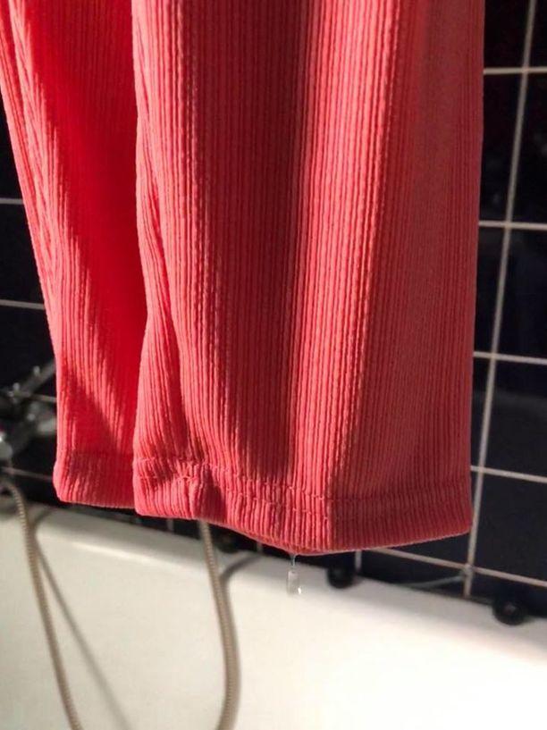 Natalian netistä tilaamista vaatteista tippui vettä, kun hän laittoi ne kylpyhuoneeseen kuivumaan.