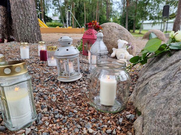 Leikkipaikalle tuotiin useita kynttilöitä.