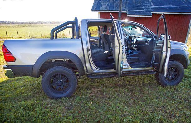 Toyota Hiluxista tehdyssä kevytkuorma-autossa on istuinpaikat viidelle.