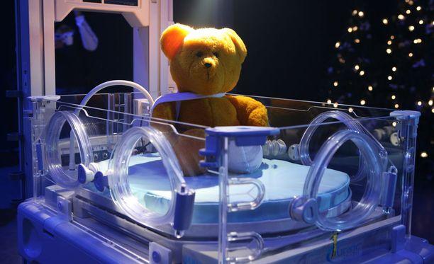 Kelloharrastajien keräys toi Lastenklinikoiden kummeille yli 140 000 euron potin. Kummit hankkivat lahjoituksilla muun muassa lastensairaaloihin tarvikkeita, kuten keskoskaappeja.