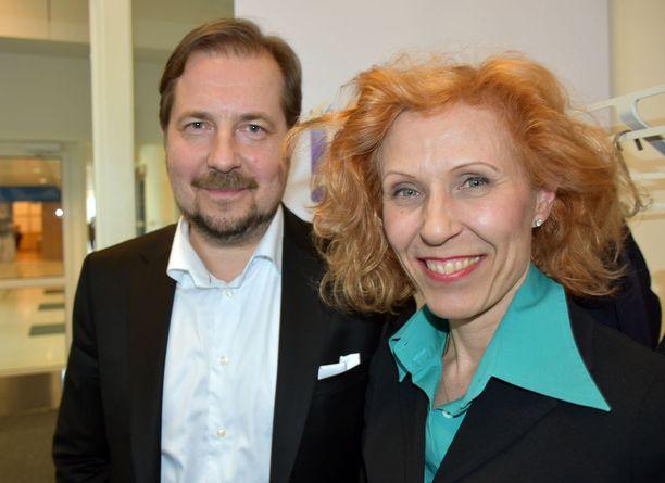 Susanna Rahkamo toi Olympiakomitean tervehdyksen 50-vuotiaalle Jukka-Pekka Vuorelle.