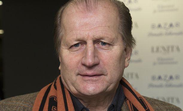 Entinen jääkiekkovaikuttaja Juhani Tamminen suivaantui Tuomas Enbusken kolumnista.