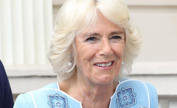 Herttuatar Camilla on Britannian osteoporoosiyhdistyksen puheenjohtaja. Hänen äitinsä poti sairautta.