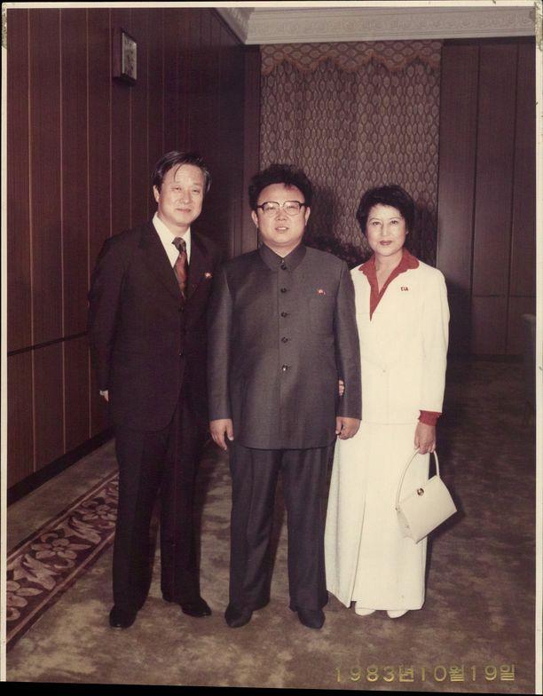 Kim Jong-il oli vastuussa tämän parin sieppauksesta. Choi Eun-Hee oli eteläkorealainen näyttelijä ja Shin Sang-Ok hänen ohjaajamiehensä. Pari oli eronnut vain hieman ennen kidnappaamistaan, mutta avioitui uudelleen.