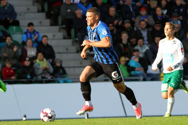 Filip Valenčič pukeutuu jälleen sinimustaan.