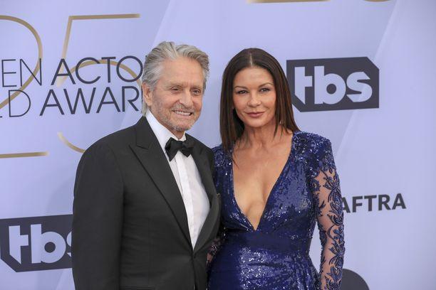 Catherine Zeta-Jones, 49, ja Michael Douglas, 74, juhlivat toistensa saavutuksia.