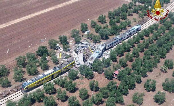 Kaksi paikallisjunaa törmäsi toisiinsa maaseudulla Pugliassa tiistaiaamuna.