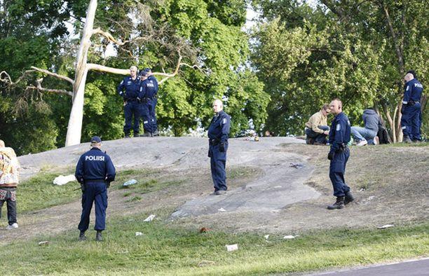 Paikalle saapui kymmeniä poliiseja rauhoittamaan kuumana käyviä nuoria.
