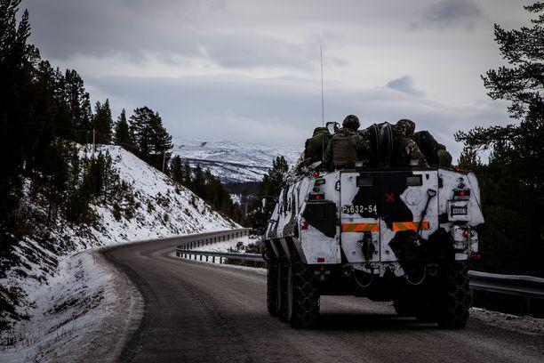 Hallitus päätti toissa vuonna nostaa sodan ajan joukkojen vahvuuden 230 000 sotilaasta 280 000:een. Kuvassa suomalaisjoukkoja matkalla Norjassa ja Ruotsissa viime syksynä pidettyyn suureen Nato-harjoitukseen.