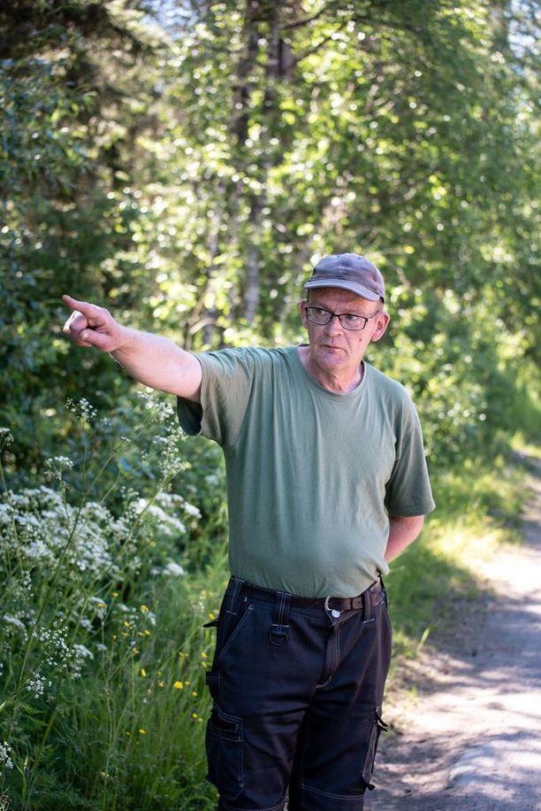 Rovaniemen Saarenkylässä asuvan Johnin rauhallinen aamu keskeytyi, kun hän havaitsi läheisen metsän takaa kohoavan tumman sienimäisen pilven. Se oli peräisin maahan syöksyneestä pienlentokoneesta.