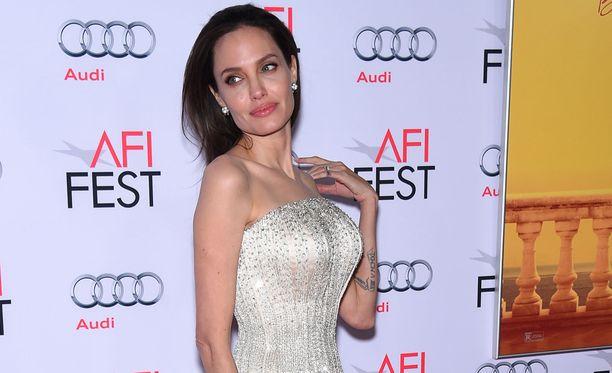 Näyttelijätär Angelina Jolie esiintyy miehensä Brad Pittin kanssa uudessa romanttisessa draamaelokuvassa. Angelina poistatti rintansa syöpäriskin vuoksi.