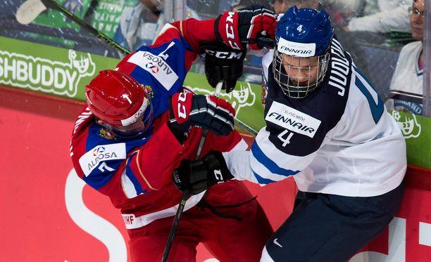 Olli Juolevi (oik.) oli viime tammikuussa kaatamassa Venäjää nuorten MM-finaalissa. Nyt hän johtaa kapteenina mestaruutta puolustavan Suomen Montrealin MM-jäälle.