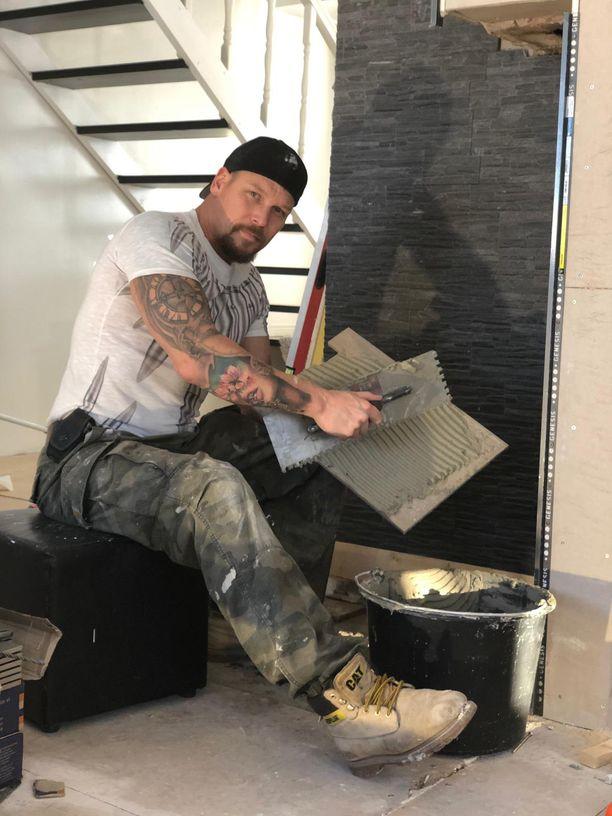 Kuvassa Aki Manninen työn touhussa viime tammikuussa. Pariskunta on ylpeä ammatillisen rakennustaustan omaavan Akin työnjäljestä.