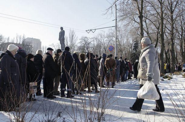 Ihmiset jonottivat tammikuussa Rinat Ahmetovin säätiön toimittamaa ruoka-apua Donetskissa Itä-Ukrainassa.