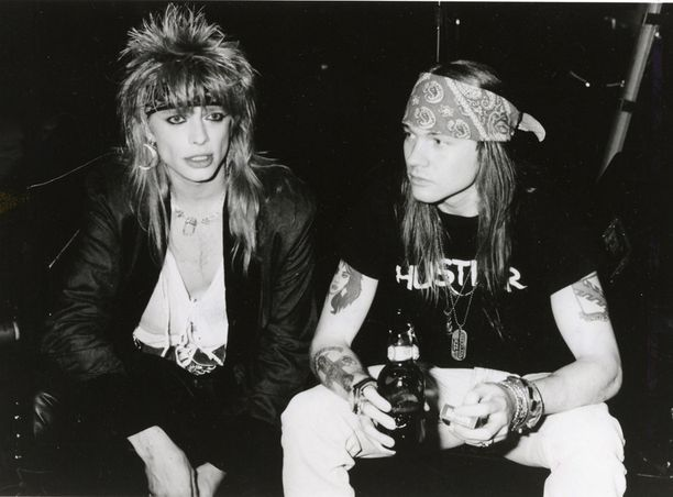 Michael Monroe jatkaa tänäkin syksynä Voice of Finland -valmentajana. Tässä kuva vuodelta 1987: Hanoi Rocksin laulaja Mike Monroe yhdessä Guns N' Roses -bändin Axl Rosen kanssa.