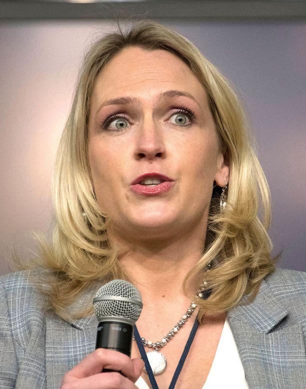 Valkoinen talo on erottanut avustaja Kelly Sadlerin tämän John McCainistä lausumien sopimattomien kommenttien vuoksi.